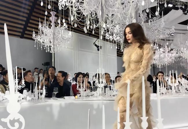 Kim Lý không rời mắt khi Hà Hồ trình diễn trên sàn catwalk, vẻ mặt không giấu được niềm tự hào, hãnh diện - Hình 3