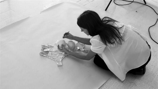 Dám bán bộ đồ tắm với giá hơn 1,4 tỉ đồng, nữ cử nhân luật mê hoặc khách thượng lưu khắp thế giới - Hình 2