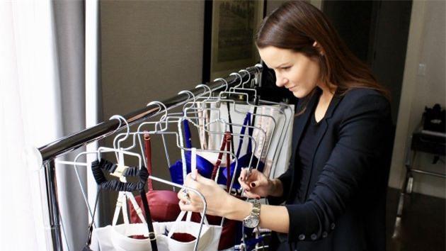 Dám bán bộ đồ tắm với giá hơn 1,4 tỉ đồng, nữ cử nhân luật mê hoặc khách thượng lưu khắp thế giới - Hình 3