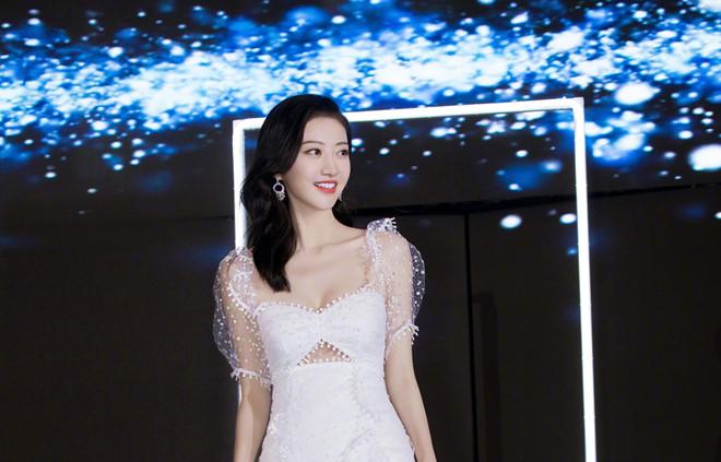 Đệ nhất mỹ nữ Bắc Kinh Cảnh Điềm khoe nhan sắc cuốn hút - Hình 2