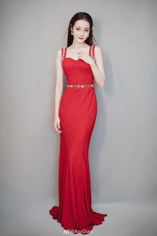 Địch Lệ Nhiệt Ba được khen đẹp nhất khi diện cả cây Dolce & Gabbana - Hình 2