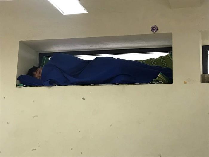 Nam sinh mang chăn gối và chiếu vào lớp học, ngủ say sưa mà vẫn qua mặt được giáo viên bằng chiêu trò này khiến CĐM thích thú - Hình 1