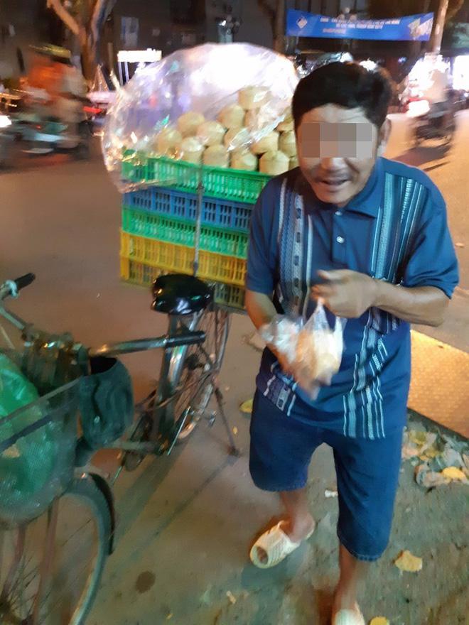Người đàn ông bán bánh khắc khổ và câu nói xin lỗi trước tiệm thuốc khiến thanh niên ngại ngùng - Hình 2