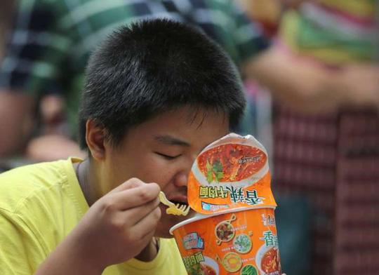 Người dân Trung Quốc đổ xô mua mì gói - Hình 2