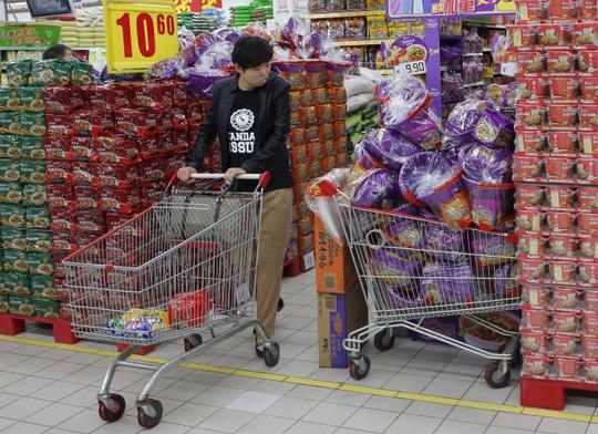 Người dân Trung Quốc đổ xô mua mì gói - Hình 3