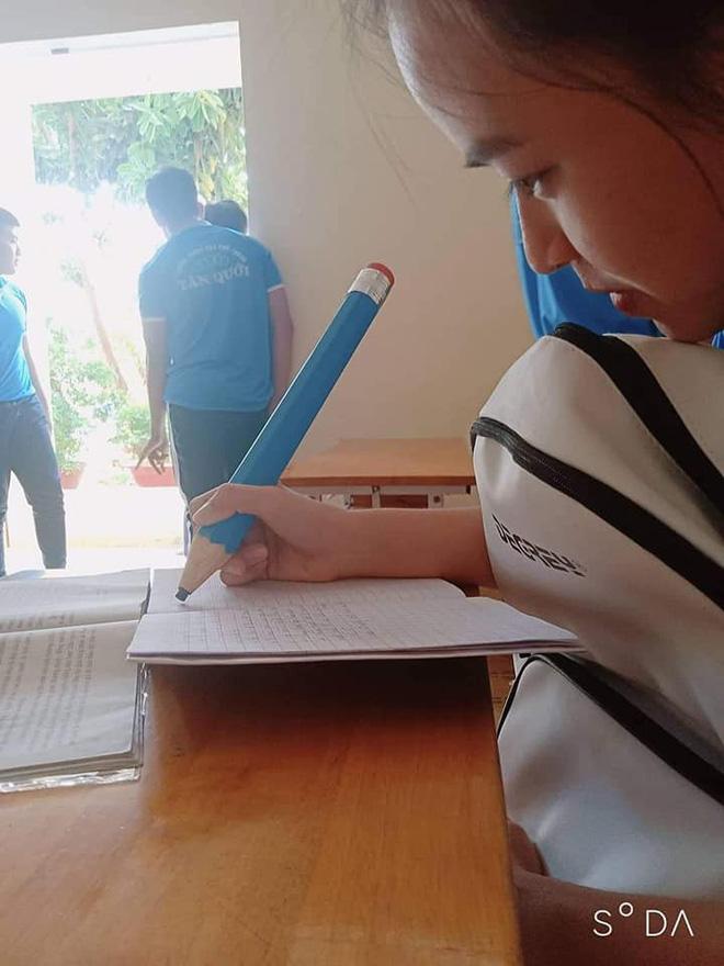 Nữ sinh quyết định mua hẳn ngòi bút siêu to khổng lồ, vừa dùng được cả năm lại tránh được lũ hay mượn đồ - Hình 1