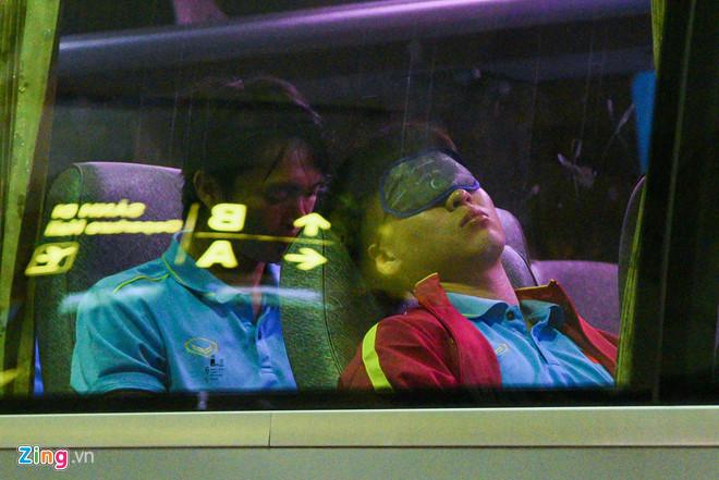 Nhiều tuyển thủ Việt Nam ngái ngủ trước giờ bay sang Indonesia - Hình 1