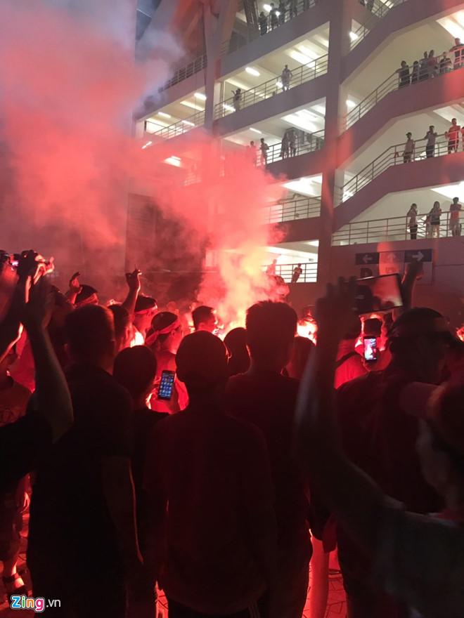 Pháo sáng được đốt ngay ngoài sân Mỹ Đình sau trận Việt Nam - Malaysia - Hình 1