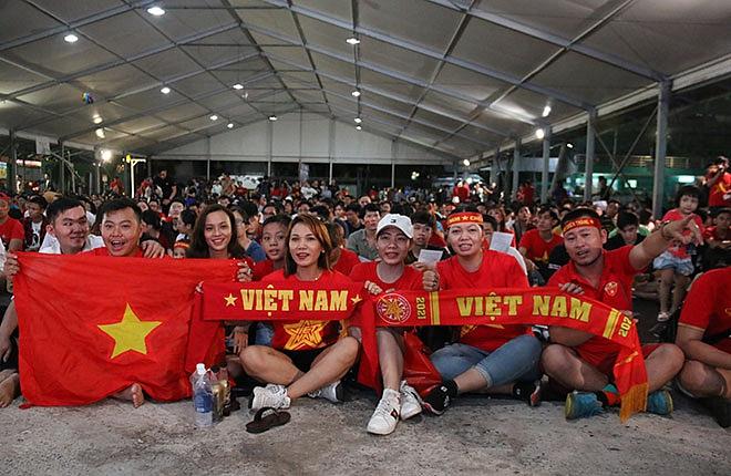 Xuất hiện thanh niên lợi dụng bàn thắng của đội tuyển Việt Nam để thò tay vào vùng kín của nữ cổ động viên - Hình 2