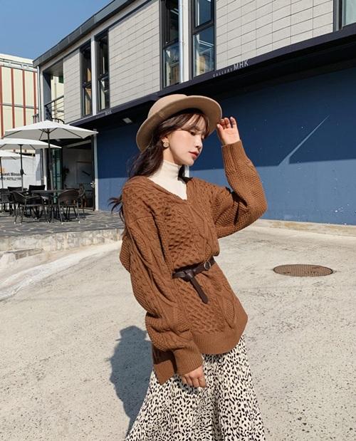 4 công thức mặc đẹp miễn chê với áo thun cổ lọ - Hình 6