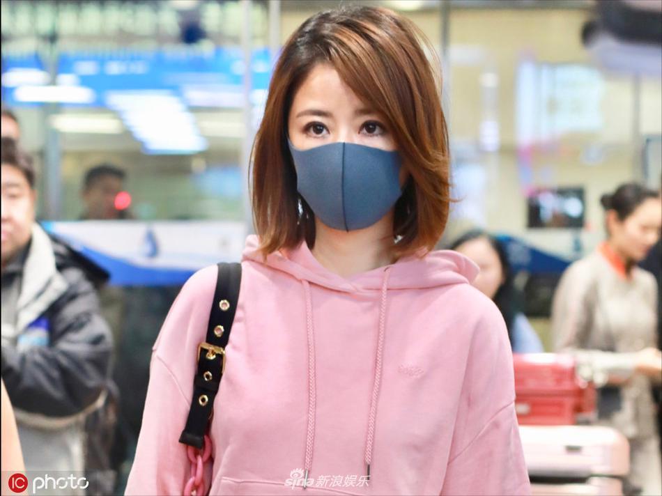 Lâm Tâm Như mặc áo nhăn nhúm, lộ thần sắc phờ phạc ở sân bay - Hình 2