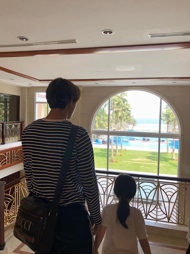 Nam thần EXO bí mật đến Đà Nẵng du lịch, gây chú ý vì dẫn theo một người con gái đặc biệt - Hình 1