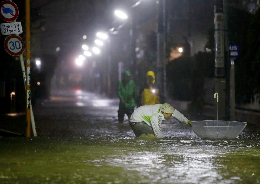 Siêu bão mạnh nhất 6 thập kỷ đổ bộ : 270.000 hộ dân Tokyo mất điện - Hình 1
