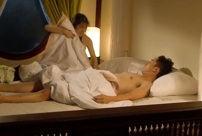 Tiếng sét trong mưa: Sốc với cảnh giường chiếu của Xuân với con gái Thị Bình, Phượng không có mảnh vải che thân - Hình 2