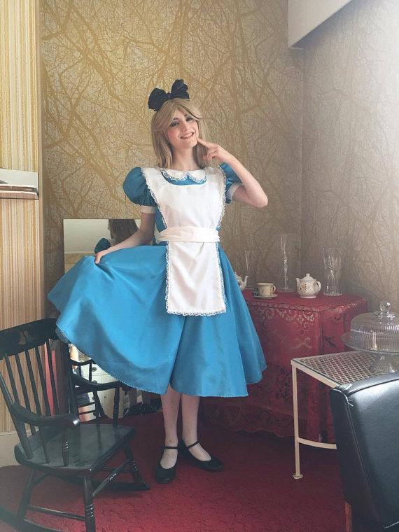 Cùng ngắm nàng Alice dễ thương trong bộ phim Alice ở xứ sở diệu kì - Hình 2