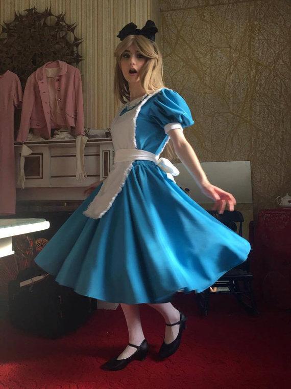 Cùng ngắm nàng Alice dễ thương trong bộ phim Alice ở xứ sở diệu kì - Hình 1