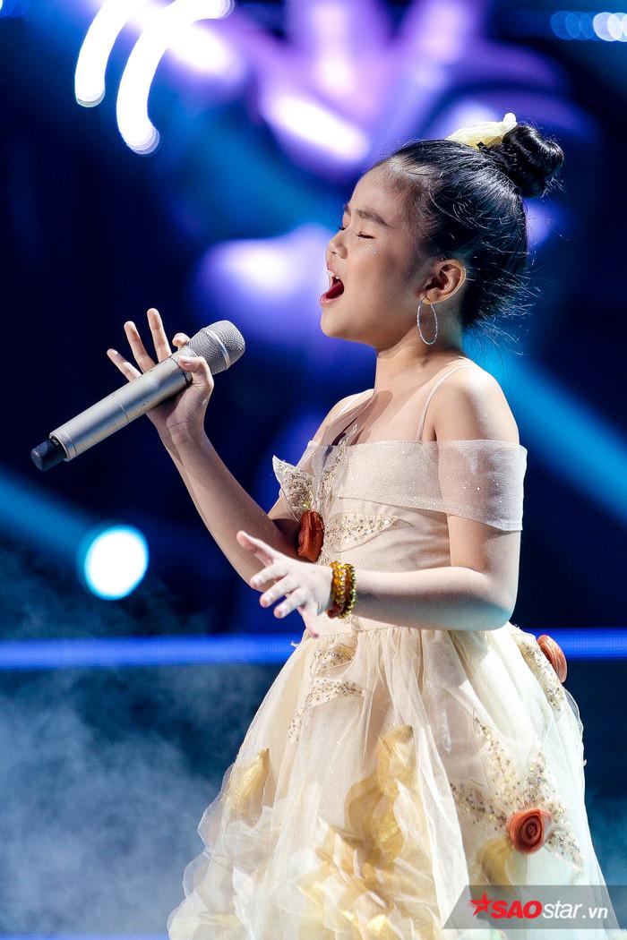 Minh Hằng khoe nội lực giọng hát siêu khủng, xuất sắc góp mặt trong Top 6 The Voice Kids 2019 - Hình 1
