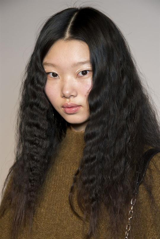 Những kiểu tóc xuất hiện trên sàn diễn thời trang mà bạn có thể học theo - Hình 12