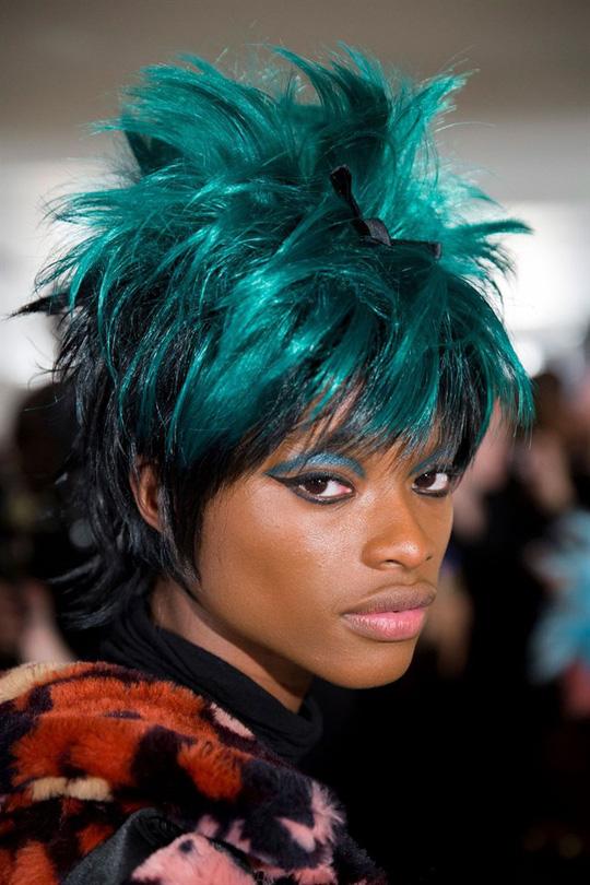 Những kiểu tóc xuất hiện trên sàn diễn thời trang mà bạn có thể học theo - Hình 13