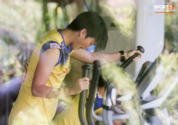 Tuấn Anh cười quên chấn thương ở phòng gym, Công Phượng thảnh thơi vừa đạp xe vừa nghịch điện thoại - Hình 1