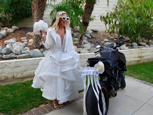 Váy cưới hở ngực làm bằng giấy vệ sinh được nhận giải 10.000 USD - Hình 10