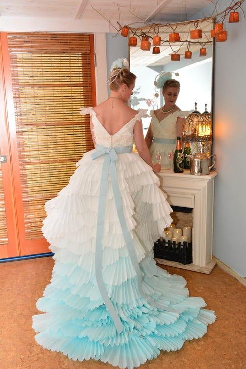 Váy cưới hở ngực làm bằng giấy vệ sinh được nhận giải 10.000 USD - Hình 13
