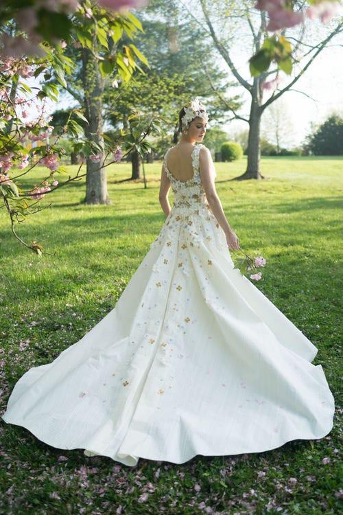 Váy cưới hở ngực làm bằng giấy vệ sinh được nhận giải 10.000 USD - Hình 2