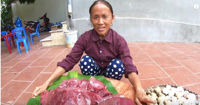 Mặc kệ những lời chê Kem thanh long siêu to khổng lồ, bà Tân Vlog tiếp tục làm mâm trâu gác bếp đặc sản Tây Bắc - Hình 1
