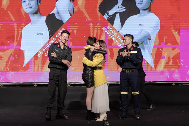 Ngọc Thanh Tâm ôm chầm Phương Oanh khi cùng đăng quang Mỹ nhân hành động - Hình 2