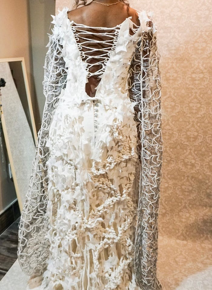 Tròn mắt với những chiếc váy cưới làm từ giấy vệ sinh lộng lẫy chẳng kém high fashion - Hình 16