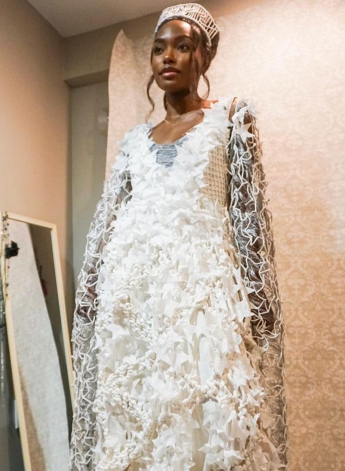 Tròn mắt với những chiếc váy cưới làm từ giấy vệ sinh lộng lẫy chẳng kém high fashion - Hình 15