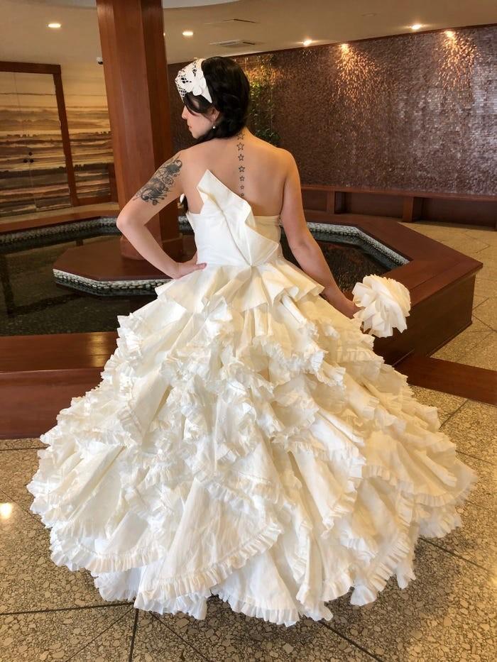 Tròn mắt với những chiếc váy cưới làm từ giấy vệ sinh lộng lẫy chẳng kém high fashion - Hình 14