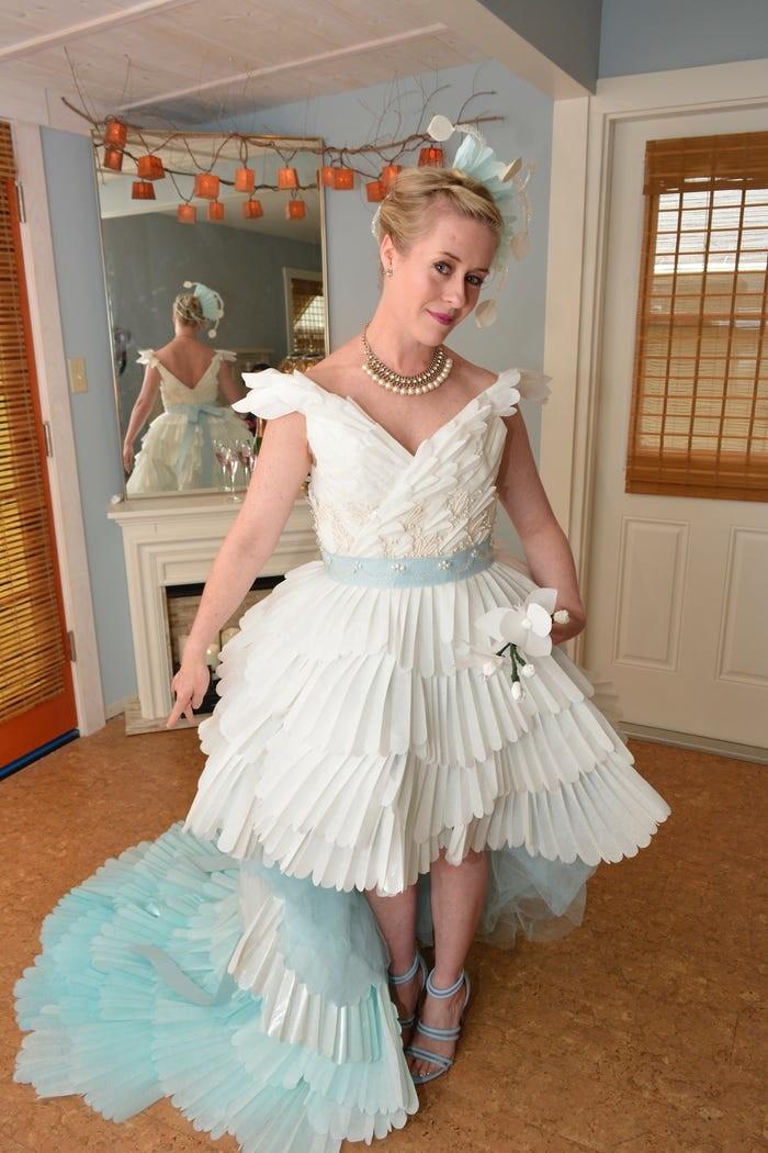 Tròn mắt với những chiếc váy cưới làm từ giấy vệ sinh lộng lẫy chẳng kém high fashion - Hình 19