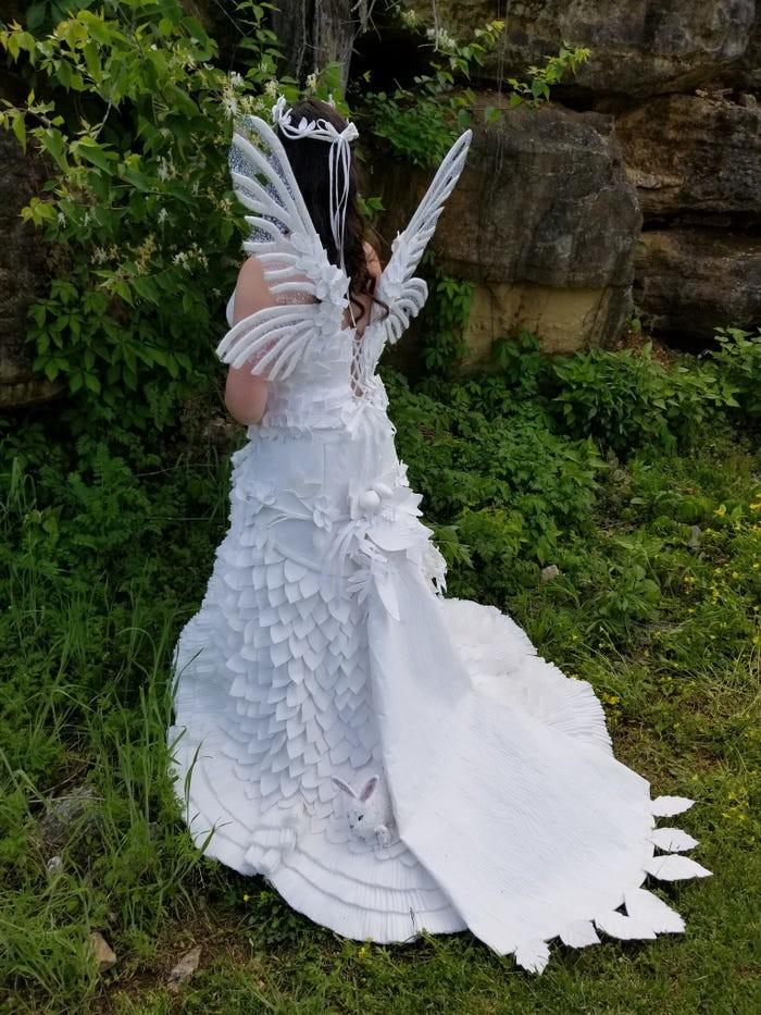 Tròn mắt với những chiếc váy cưới làm từ giấy vệ sinh lộng lẫy chẳng kém high fashion - Hình 18