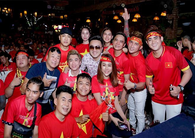 Dàn nghệ sĩ ăn mừng chiến thắng của đội tuyển Việt Nam - Hình 2