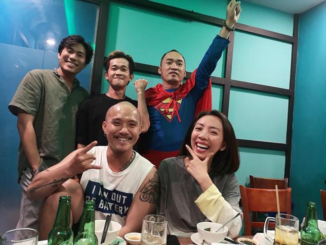 Dàn nghệ sĩ ăn mừng chiến thắng của đội tuyển Việt Nam - Hình 1
