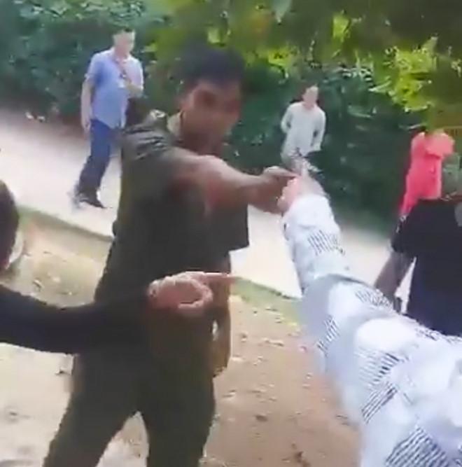 Phó công an xã cầm súng dọa người dân khi làm nhiệm vụ - Hình 1