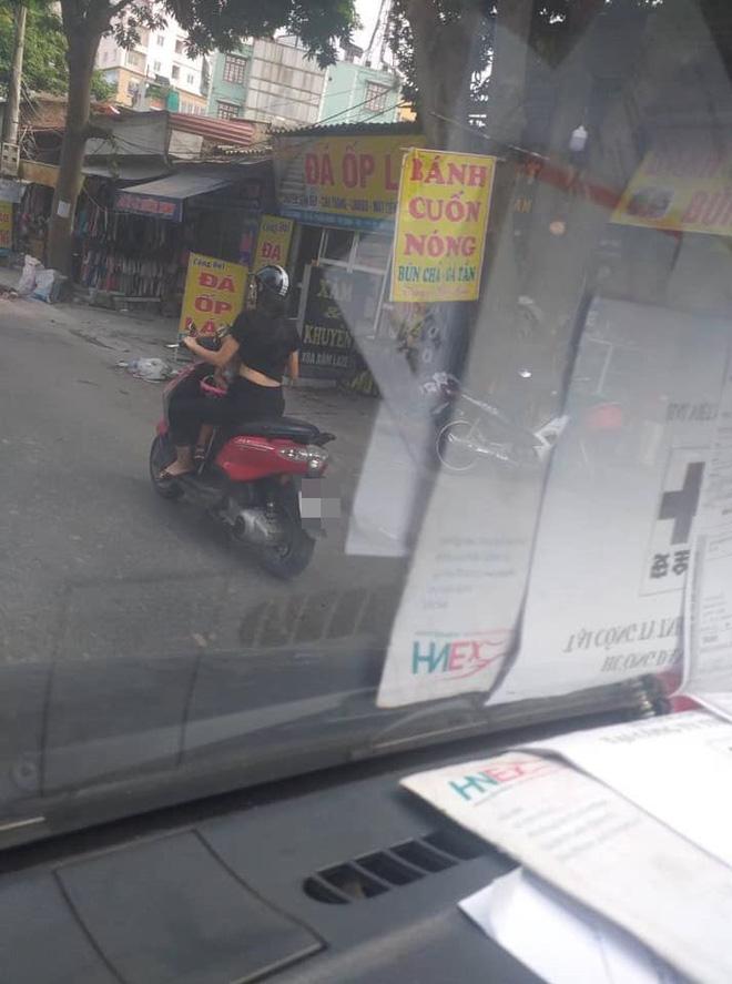 Vừa lái xe vừa cho con trai bú, người phụ nữ khiến người đi đường toát mồ hôi lạnh - Hình 2