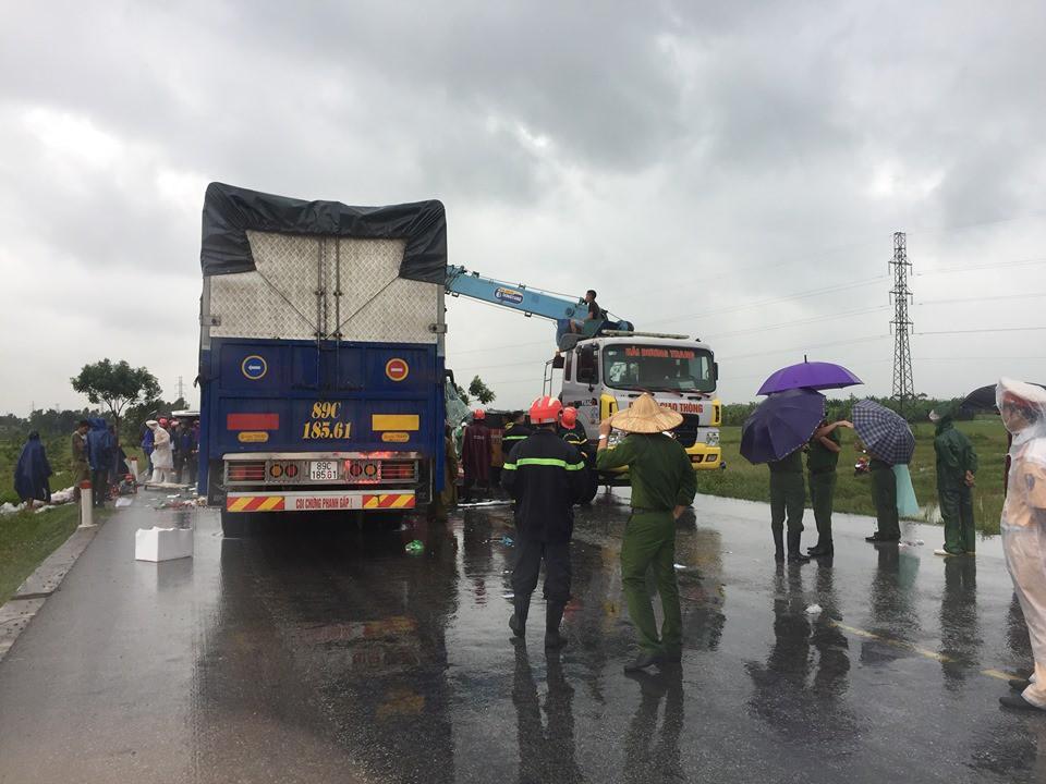 Xe khách đấu đầu xe tải khiến một người chết, hàng chục người bị thương - Hình 3