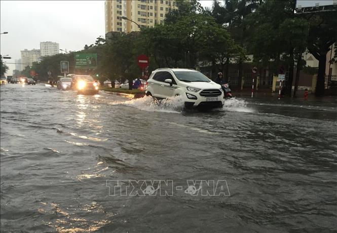 Mưa lớn gây ngập ở thành phố Vinh, nhiều trường cho học sinh nghỉ học - Hình 1