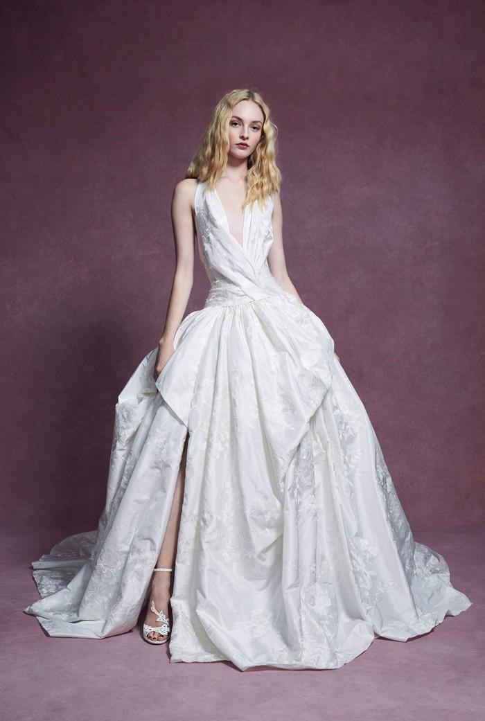 Những mẫu váy cưới đẹp nhất trên sàn catwalk thu đông 2019, ai ngắm cũng mơ làm cô dâu - Hình 17