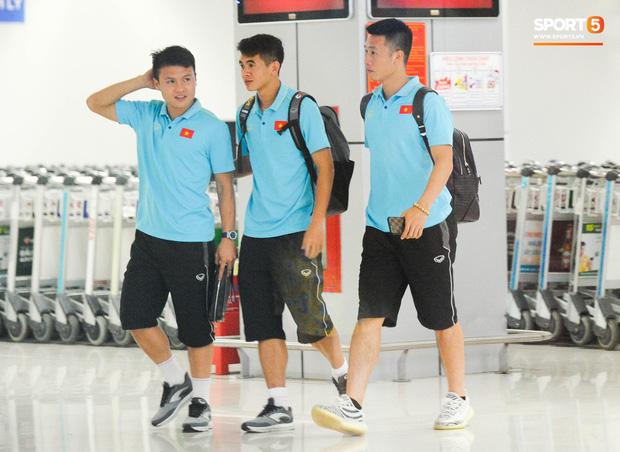 Bố mẹ Quang Hải chờ ở sân bay đến nửa đêm để được gặp con trai và lý do khiến ai cũng cảm động - Hình 2