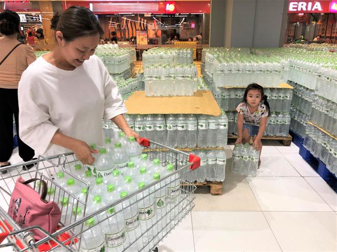 Cảnh tượng chưa từng thấy ở siêu thị Hà Nội sau tin nhà máy nước sông Đà cắt nước - Hình 2