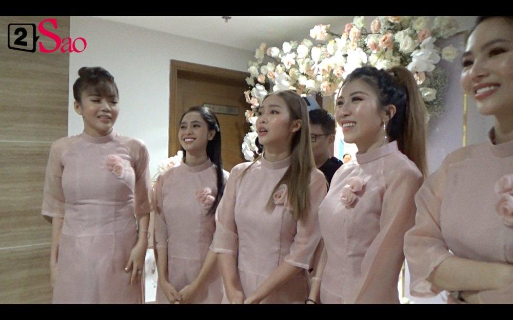 Clip ăn hỏi lầy nhất showbiz Việt: Giang Hồng Ngọc bắt bạn trai hít đất, hát hò inh ỏi mới cho vào nhà - Hình 2