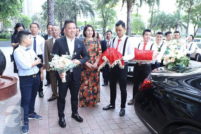 Lễ ăn hỏi của Giang Hồng Ngọc tại nhà riêng: Cô dâu hôn chú rể ngọt ngào trước sự chứng kiến của con trai và gia đình - Hình 1