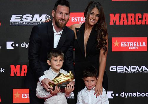Messi tươi rói, kéo cả nhà đi nhận Giày vàng châu Âu - Hình 2