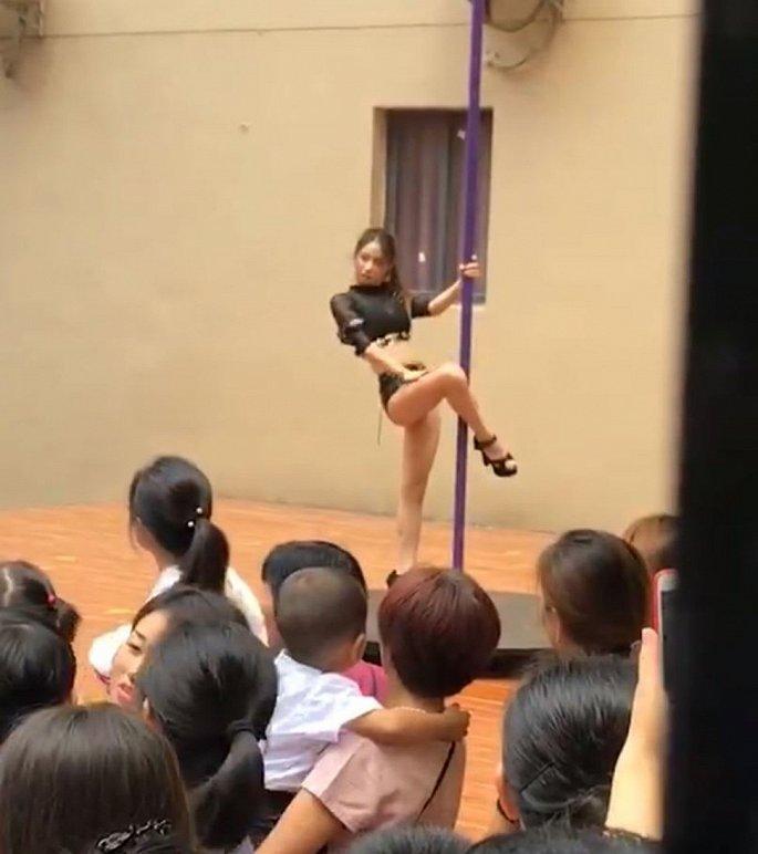 Mời vũ công múa cột biểu diễn ngày khai giảng, hiệu trưởng mầm non bị sa thải - Hình 1