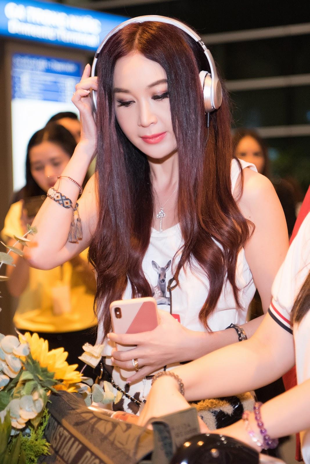 Vừa tới Việt Nam, Ôn Bích Hà choáng ngợp khi được dàn nam thần ôm hoa đứng đợi - Hình 2