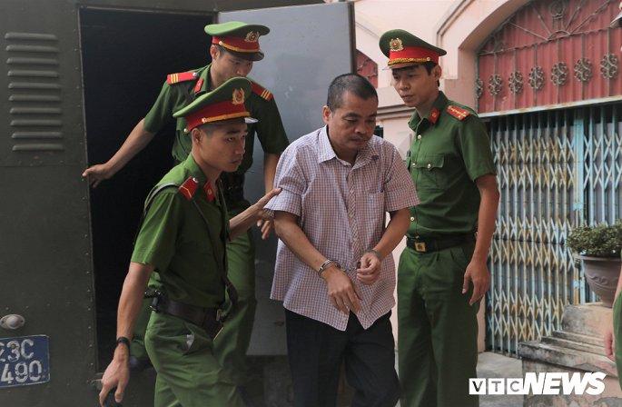 Xử gian lận thi cử Hà Giang : Vợ bị cáo Nguyễn Thanh Hoài chỉ biết chồng nâng điểm qua báo chí - Hình 2