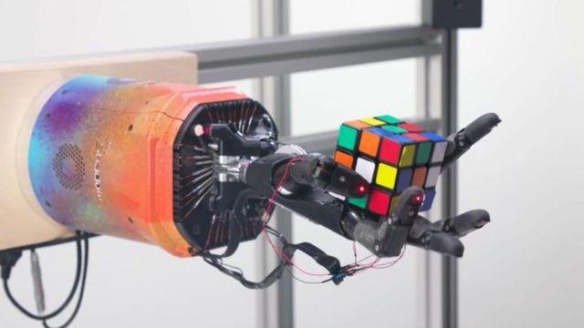 Bàn tay robot giải quyết khối Rubik chỉ trong khoảng 4 phút - Hình 1